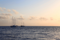 Segelboote am Horizont